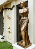 Celebrity_Big_Brother_2014_-_CBB13_-_House_-_Statue_2.jpg